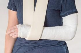 Złamanie otwarte – pierwsza pomoc i leczenie. Rehabilitacja po otwartym złamaniu kości
