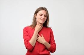 Suchość gardła – czym i jak nawilżać gardło?