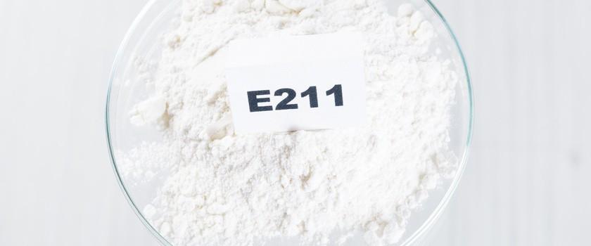Benzoesan sodu (E211) – co to za konserwant? Właściwości, zastosowanie i szkodliwość E211