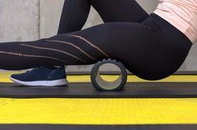 Rolowanie mięśni – co to jest foam roller? Dla kogo rolowanie mięśni jest wskazane i jakie daje ono efekty?