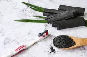 Najskuteczniejsze metody wybielania zębów. Pasta z węglem, nakładki czy lampa?