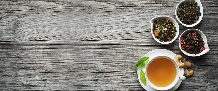 Herbata czarna czy ziołowa? Po jakie herbaty sięgać
