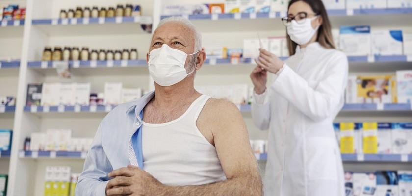 Szczepienia przeciwko COVID-19 w aptece – o czym trzeba wiedzieć?