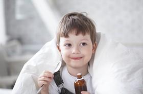 Gorączka u niemowląt i dzieci – przyczyny. Kiedy i jak ją zbijać? O czym pamiętać, gdy dziecko gorączkuje?