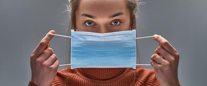 Czy noszenie maseczek ochronnych wpływa na wysycenie krwi tlenem? Dlaczego odczuwamy dyskomfort podczas ich noszenia?