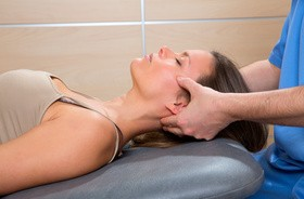 Terapia czaszkowo–krzyżowa – na czym polega i jakie są wskazania do terapii cranio–sacralnej?