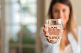 """Picie """"twardej wody"""" jest korzystne dla zdrowia. Jakie są jej zalety?"""