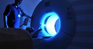 Rezonans magnetyczny głowy – co wykrywa, ile kosztuje, jak wygląda badanie?