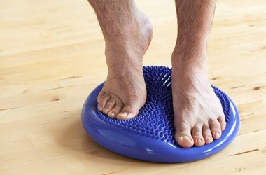 Poduszka sensomotoryczna – w jaki sposób wykorzystać ją do ćwiczeń? Kto powinien używać dysku sensorycznego?