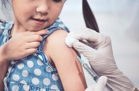 Gorączka po szczepieniu – co robić i jak ją zbijać? Ile trwa gorączka poszczepienna?