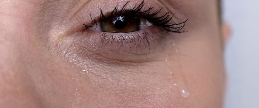 Nadmierne łzawienie oczu – przyczyny, rodzaje, domowe sposoby