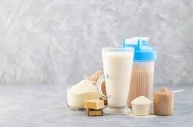 Białko serwatkowe – czym jest i jakie ma właściwości? Koncentrat, izolat czy hydrolizat?