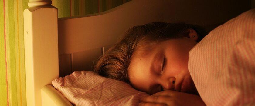 Powody nocnego moczenia oraz czynniki zwiększające ryzyko jego wystąpienia