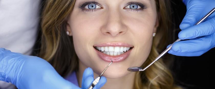 Odsłonięte szyjki zębowe - przyczyny, objawy, leczenie