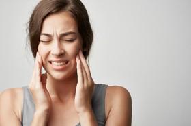 Dysfunkcja stawu skroniowo-żuchwowego (DSSŻ) – objawy, przyczyny i leczenie