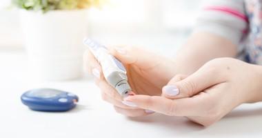 Jak zmierzyć poziom cukru we krwi za pomocą glukometru?