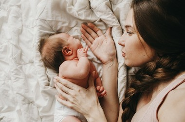 Jakie jest ryzyko przeniesienia zakażenia od matki zarażonej koronawirusem na dziecko? Czym jest zakażenie wertykalne?