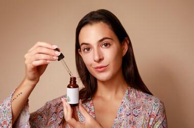 Retinoidy i ich wielokierunkowe działanie na skórę