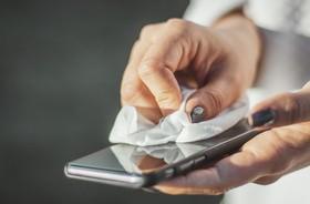 Telefon komórkowy jako zagrożenie podczas pandemii koronawirusa – czy, jak i jak często go dezynfekować?