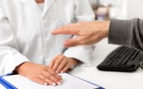 Drżenie samoistne (choroba Minora) – co to takiego? Przyczyny, objawy, leczenie drżenia kończyn