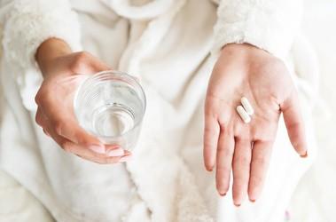 Czym nie można popijać leków? Alkohol, mleko, kawa i soki owocowe – czy wpływają na przyswajalność lekarstw?