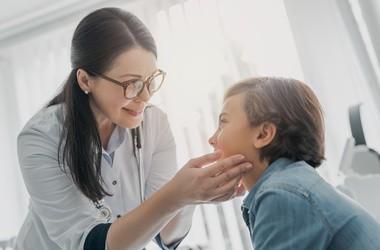 Mononukleoza – przyczyny, objawy, leczenie mononukleozy zakaźnej
