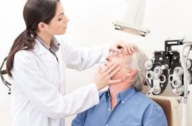 Chorzy na zaćmę chcą, ale nie mogą płacić za nowoczesne soczewki