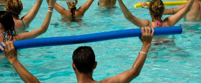Czy to prawdą, że aquarobic przyspiesza odchudzanie i nie przeciąża stawów? Ile kalorii można spalić podczas 45 min ćwiczeń?