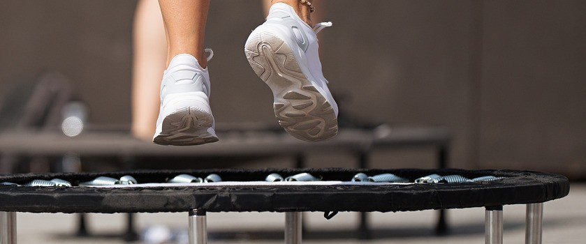 Trampolina fitness – zalety i wady. Trening jumping fitness okiem fizjoterapeuty