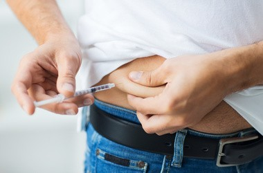 Jak prawidłowo wstrzyknąć insulinę? Iniekcje w udo, brzuch i ramię