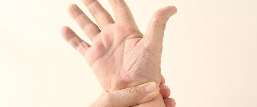 Czujesz ból, trzask oraz obrzęk w obrębie nadgarstka? To może być nadgarstek wioślarza