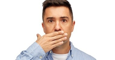 Nieprzyjemny zapach z ust, czyli halitoza. Sposoby na nieświeży oddech