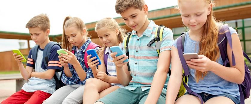 Czy smartfony w szkołach powinny być zakazane?