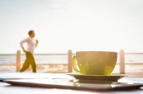 Poranny jogging czy kubek kawy? Co dostarczy większej dawki energii?
