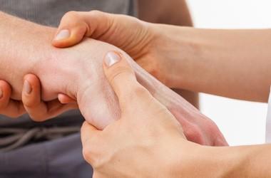 Ból nadgarstka – przyczyny, objawy, leczenie, rehabilitacja bólu w nadgarstku