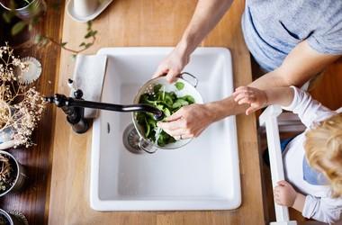 Czy woda wystarczy, by umyć owoce i warzywa?