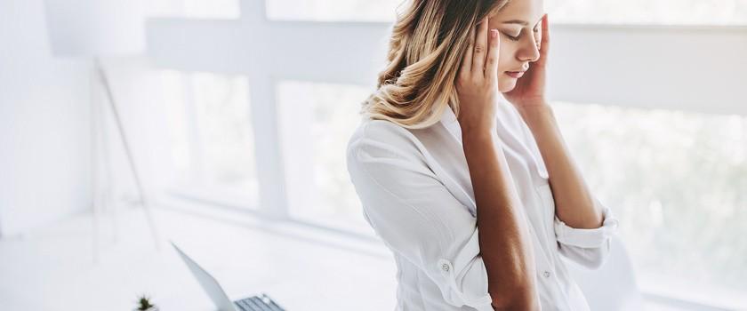 Zawroty i bóle głowy w ciąży – czy mogą być groźne?