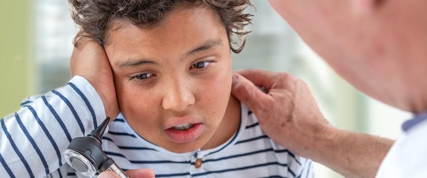 Ból ucha u dziecka – przyczyny, leczenie i domowe sposoby