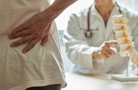 Ból kręgosłupa – najczęstsze przyczyny, rodzaje, metody leczenia bóli kręgosłupa