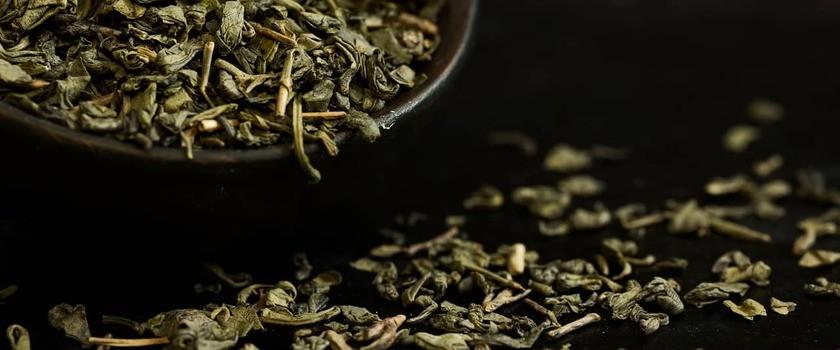 Herbata zielona – charakterystyka, właściwości lecznicze, wpływ na organizm. Jak prawidłowo ją parzyć?