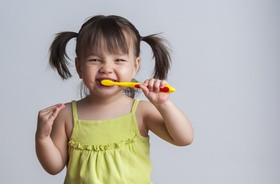 Zapalenie dziąseł u dziecka — objawy, leczenie i przyczyny