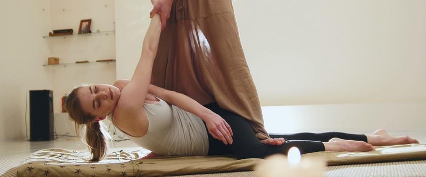 Masaż tajski – na czym polega? Jakie są wskazania i przeciwwskazania do klasycznego masażu tajskiego?