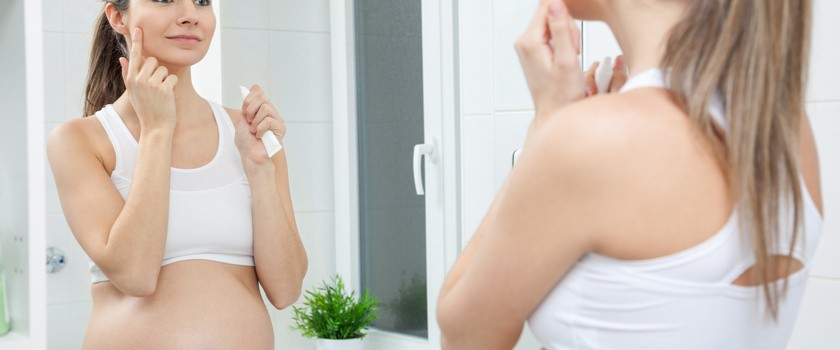 Trądzik w ciąży – jakie kosmetyki można stosować?