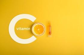 Czy potrzebujemy więcej witaminy C, niż zakładają obowiązujące normy? Co mówią na ten temat naukowcy?