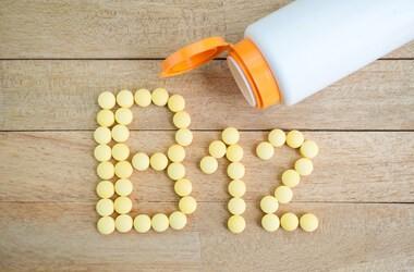 Witamina B12 – czy tylko dieta wegańska  może wpłynąć na jej niedobór? Jak przyjmować kobalaminę, żeby zwiększyć jej przyswajalność?