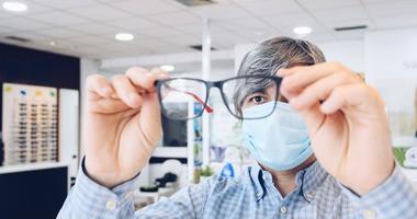 Czy noszenie okularów i stosowanie środków ochrony oczu może chronić przed COVID-19?