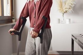 Kule ortopedyczne – rodzaje. Jak prawidłowo chodzić o kulach?