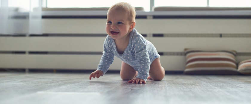 Kiedy dziecko zaczyna raczkować? Jak wspomagać naukę czworakowania?