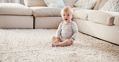 Kiedy dziecko siada? Czy można sadzać dziecko i jak wspomagać naukę siadania niemowlaka?