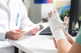 Złamanie nadgarstka – przyczyny, objawy, leczenie. Rehabilitacja po złamaniu nadgarstka